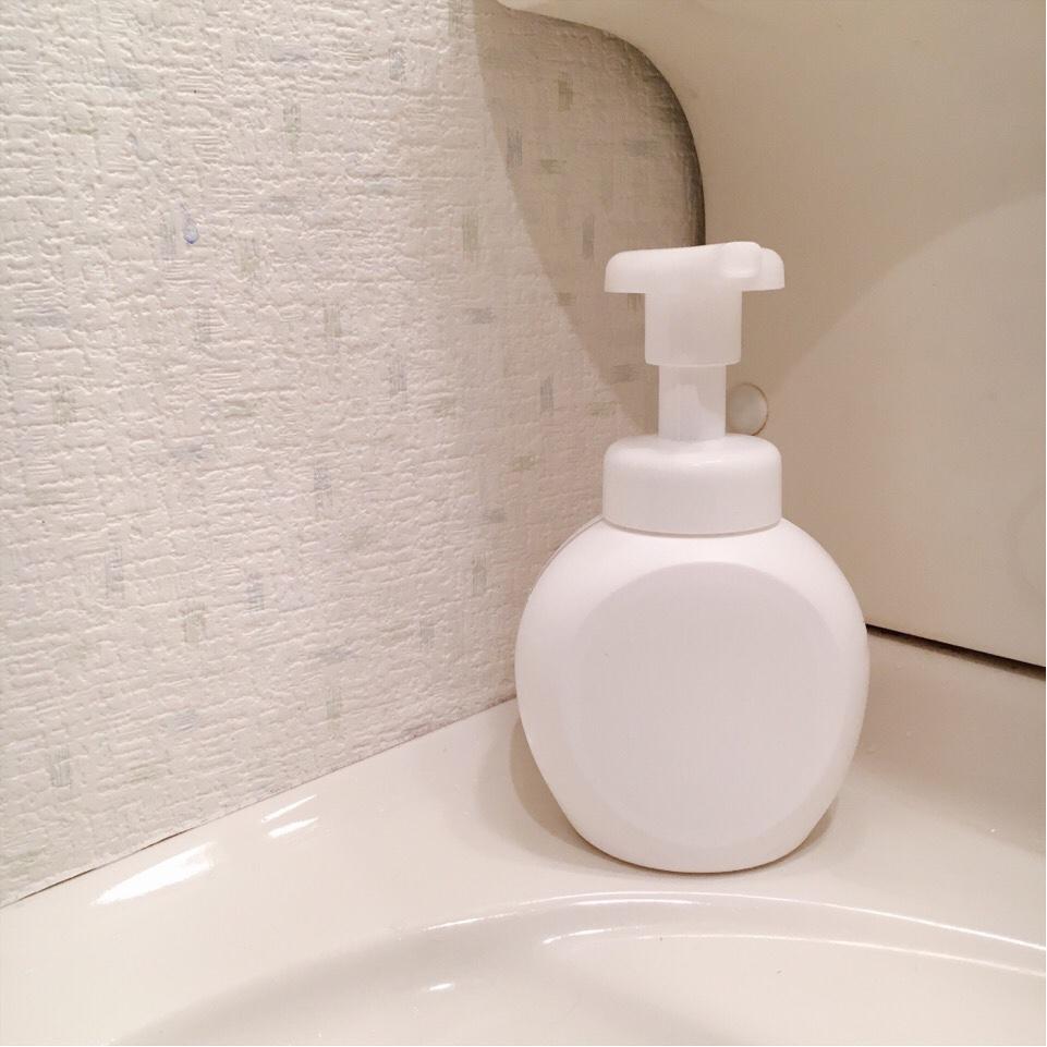 真っ白なボトルを置くと、古い賃貸の洗面所でも、少し洗練された感じがします。